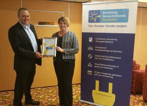 Christel Mourik, wethouder Economie Nissewaard, ontvangt het eerste ZonZeker certificaat uit handen van bestuursvoorzitter Paul Imholz