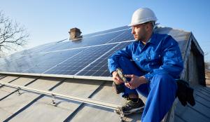zonnepanelen op dak met monteur