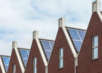 zonnepanelen op dak rijtjeshuis
