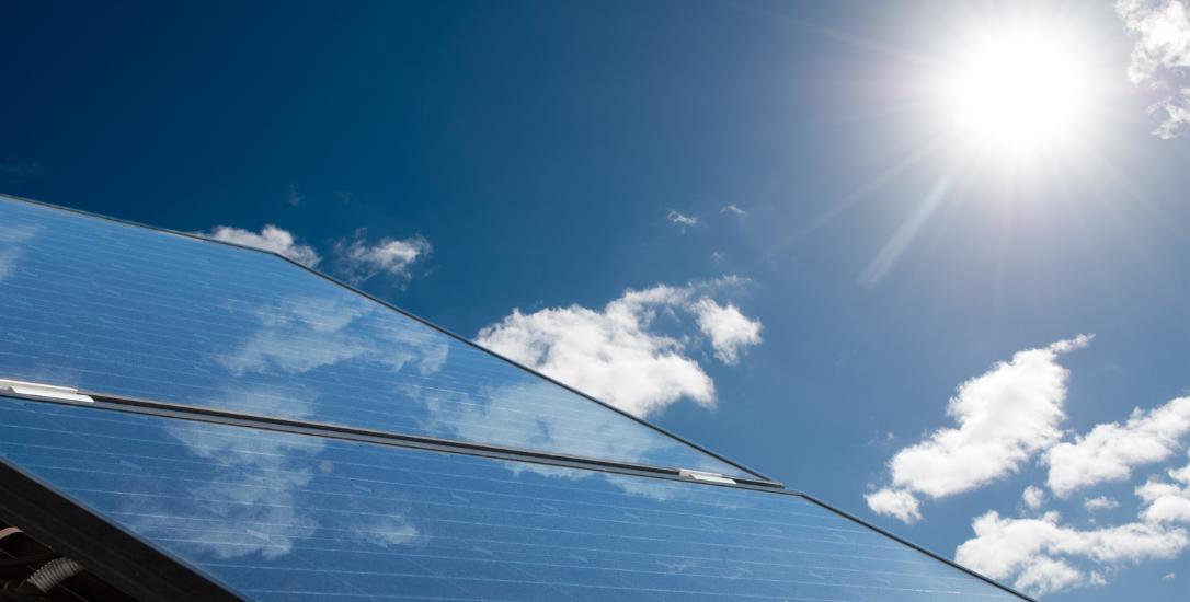 zonnepanelen op dak met zon