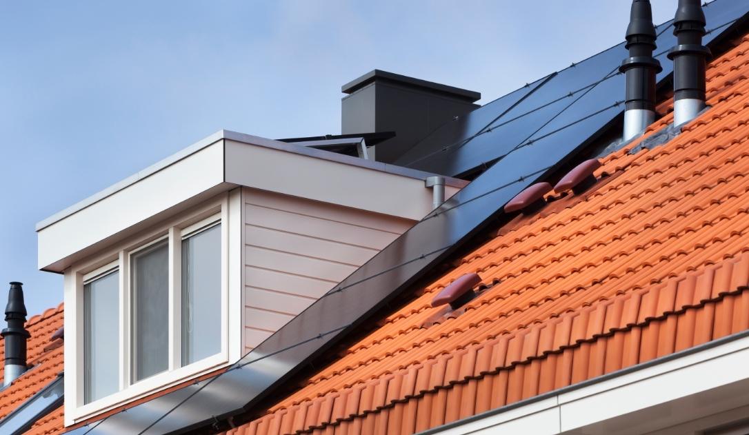 zonnepanelen monitoren op dak met dakkapel